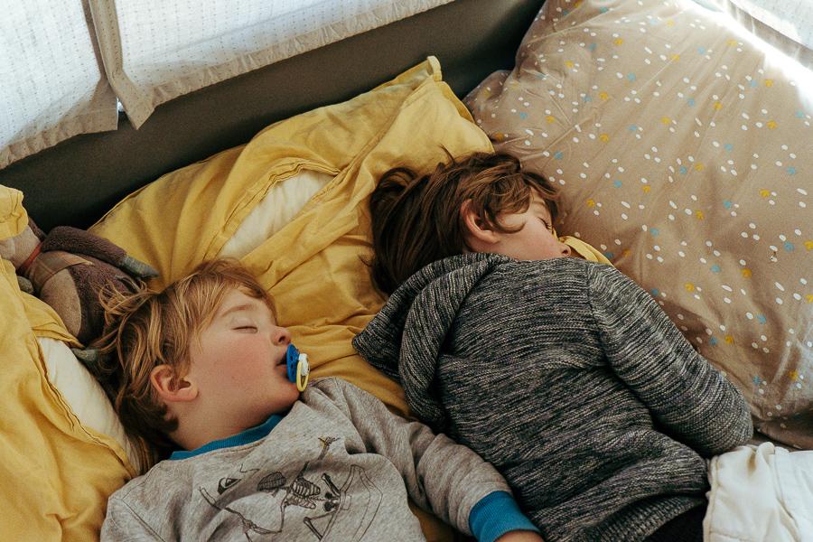 sieste enfant et bébé en van voyage en van road trip