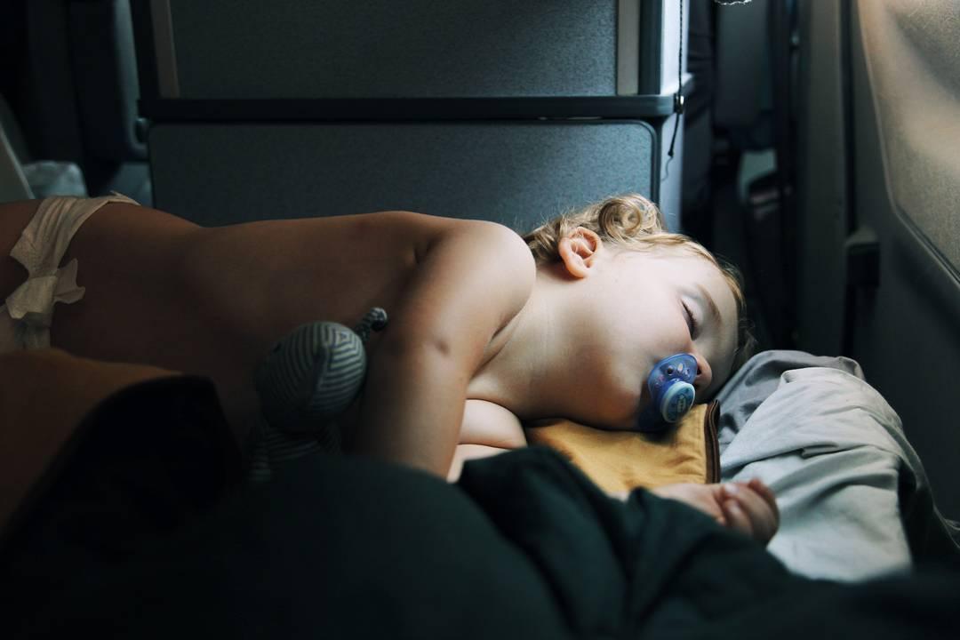 sieste enfant bébé en road trip en van westfalia