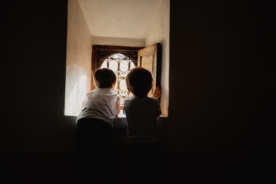 vue à travers les fenêtres à l'école coranique de Marrakech