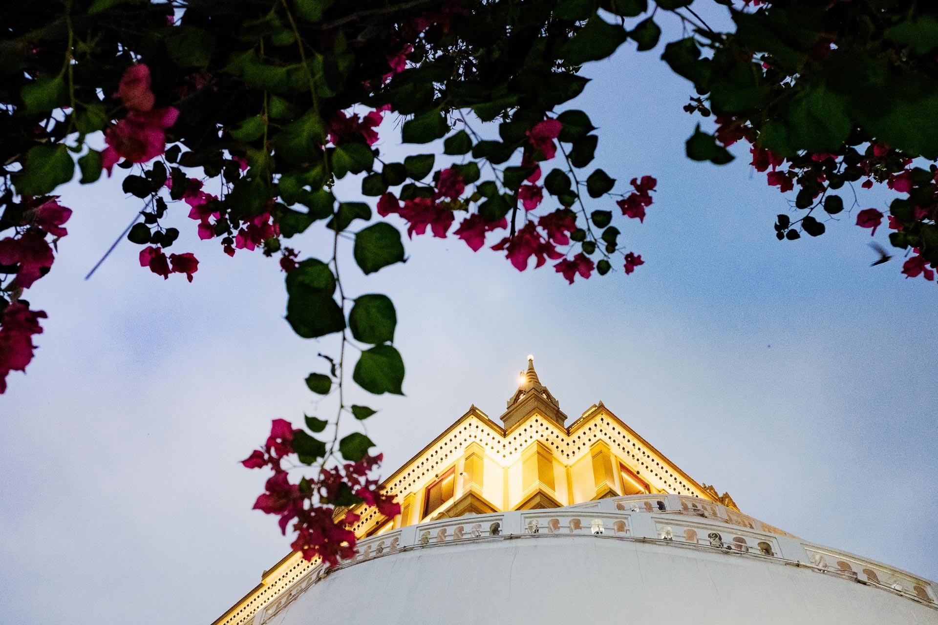 Le Wat Saket et son chedi doré illuminé Ce temple a été construit sur une colline artificielle de 75 m, lui a valu le surnom de Temple de la montagne d'or.